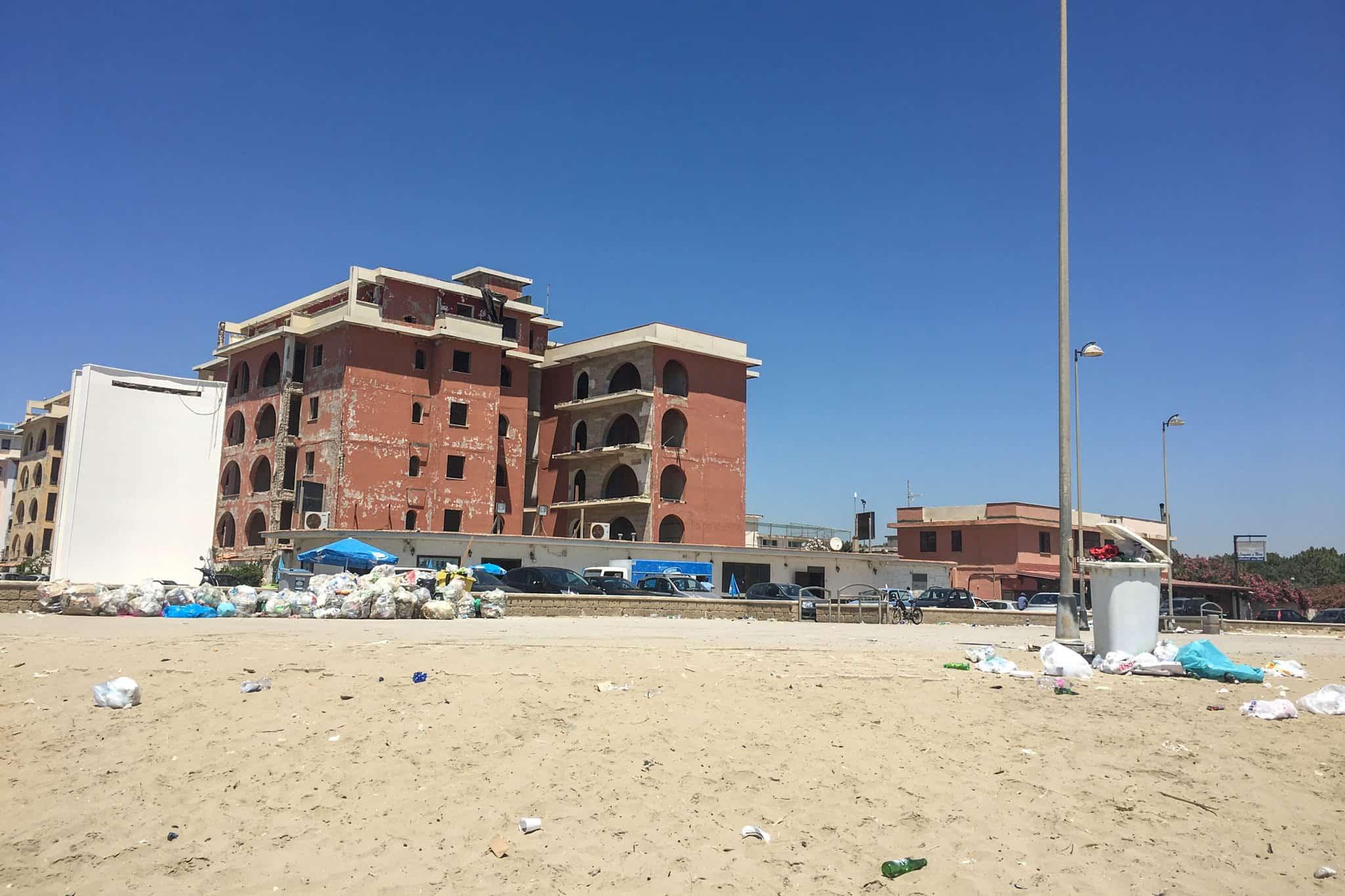 Rifiuti sulla spiaggia del Villaggio Coppola - Pinetamare