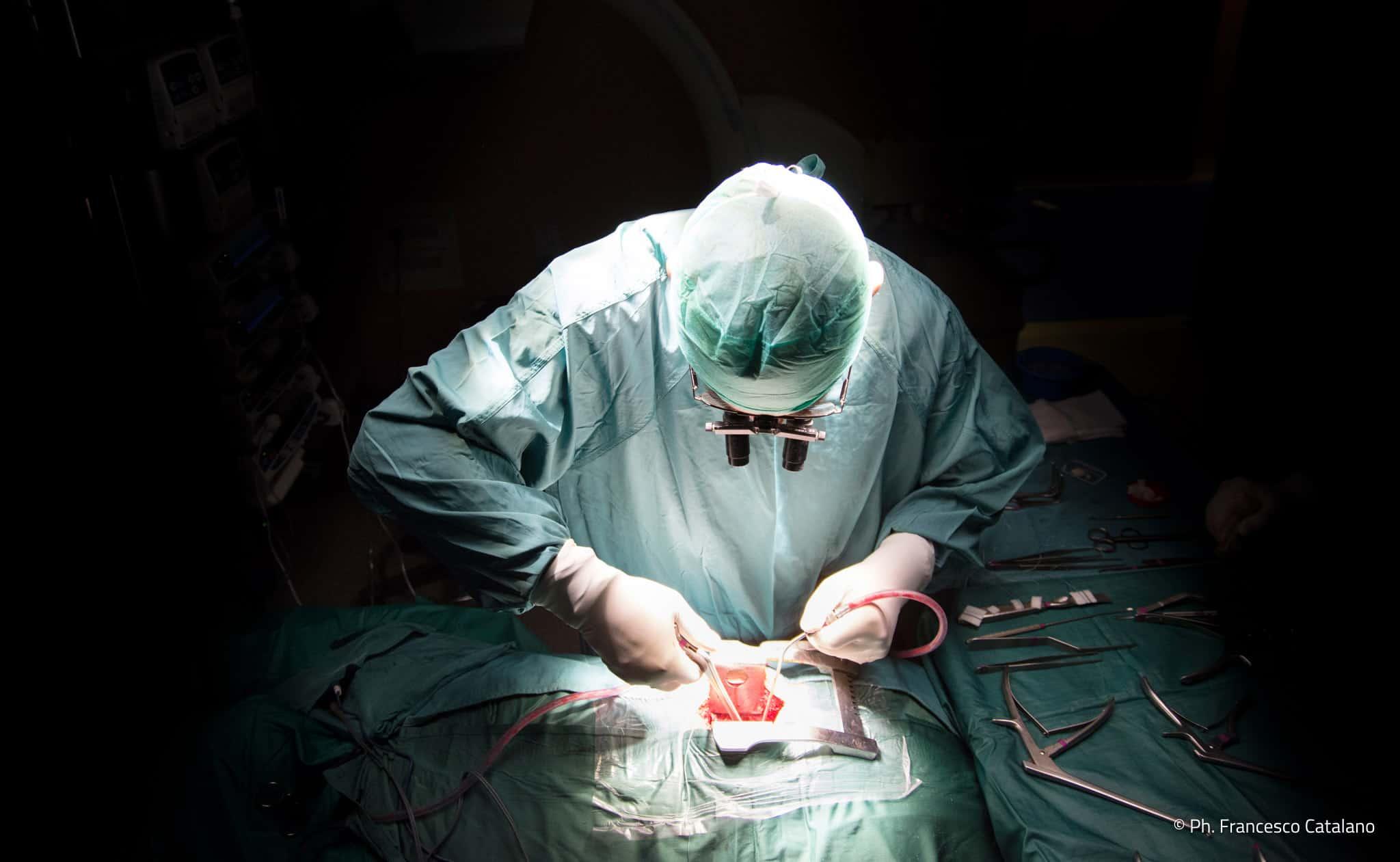 Dott. Alfredo Bucciero durante un'operazione - Photo credit Francesco Catalano