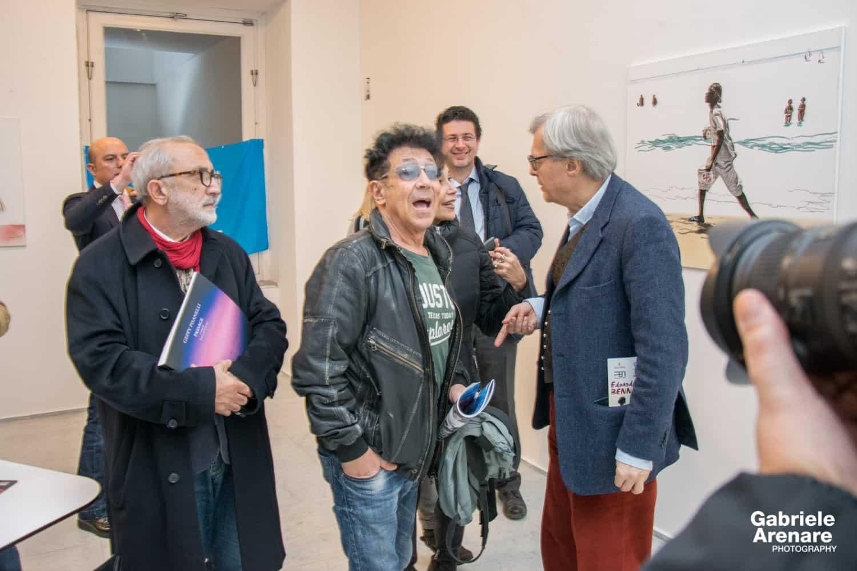 """Edoardo Bennato e Vittorio Sgarbi durante la mostra """"In cammino"""" al Palazzo Arti di Napoli - Photo credit Gabriele Arenare"""