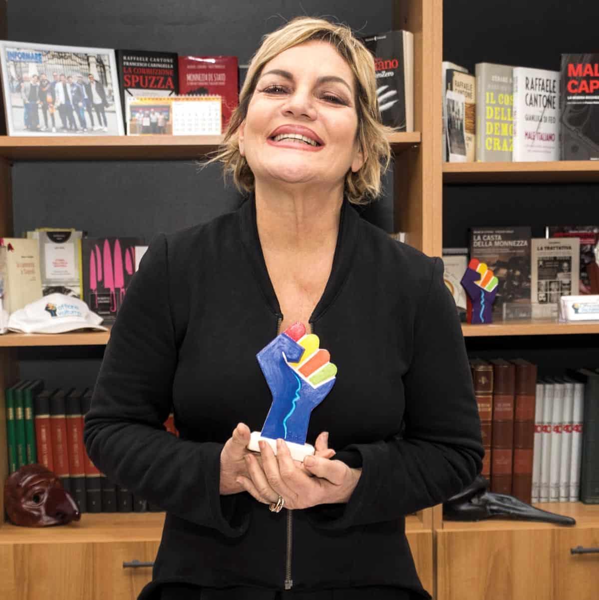 """Cristina Donadio con il simbolo dell'Associazione """"Centro studi Officina Volturno"""" - Photo credit Gabriele Arenare"""