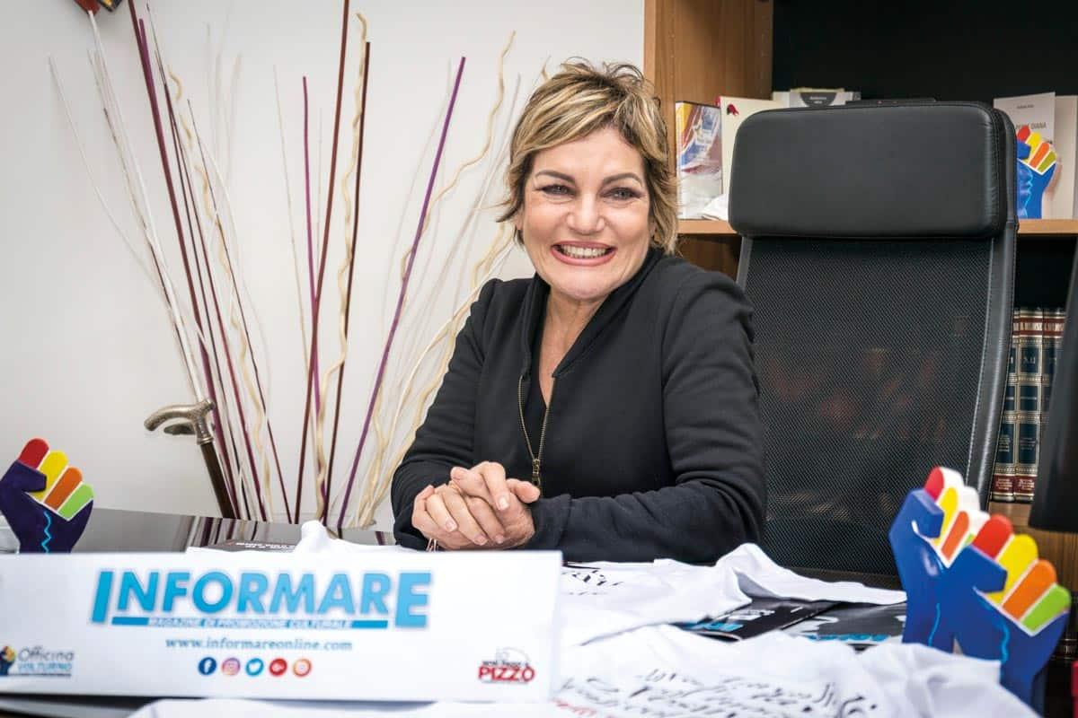 Cristina Donadio nella redazione del Magazine Informare - Photo credit Gabriele Arenare
