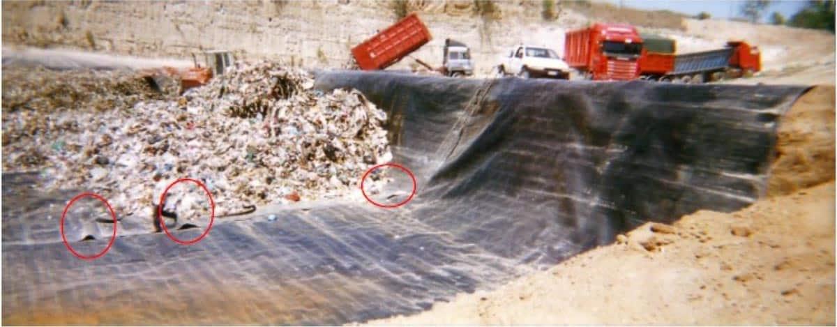 Foto n.43/20 Difesa Chianese: Impermeabilizzazione fondo porzione S Cava Z, senza saldature, sversamenti incorso, pieghe del Telo.