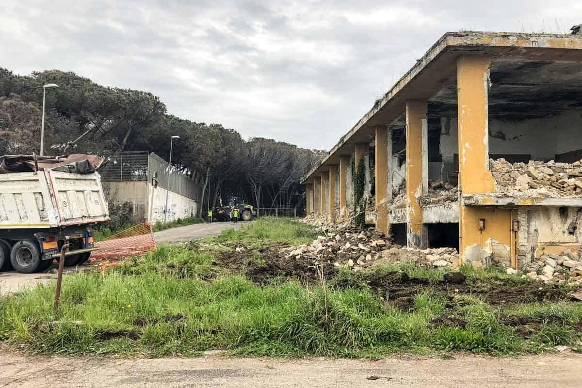 Demolizione ex piscina sportiva di Pinetamare (Castel Volturno)