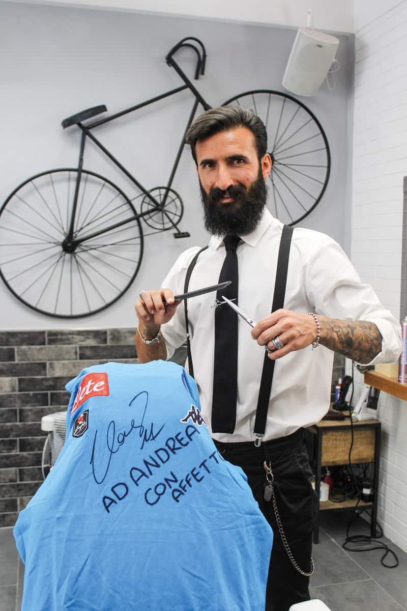 Andrea Langiotti con la maglia del Napoli autografata dal capitano Marek Hamsik
