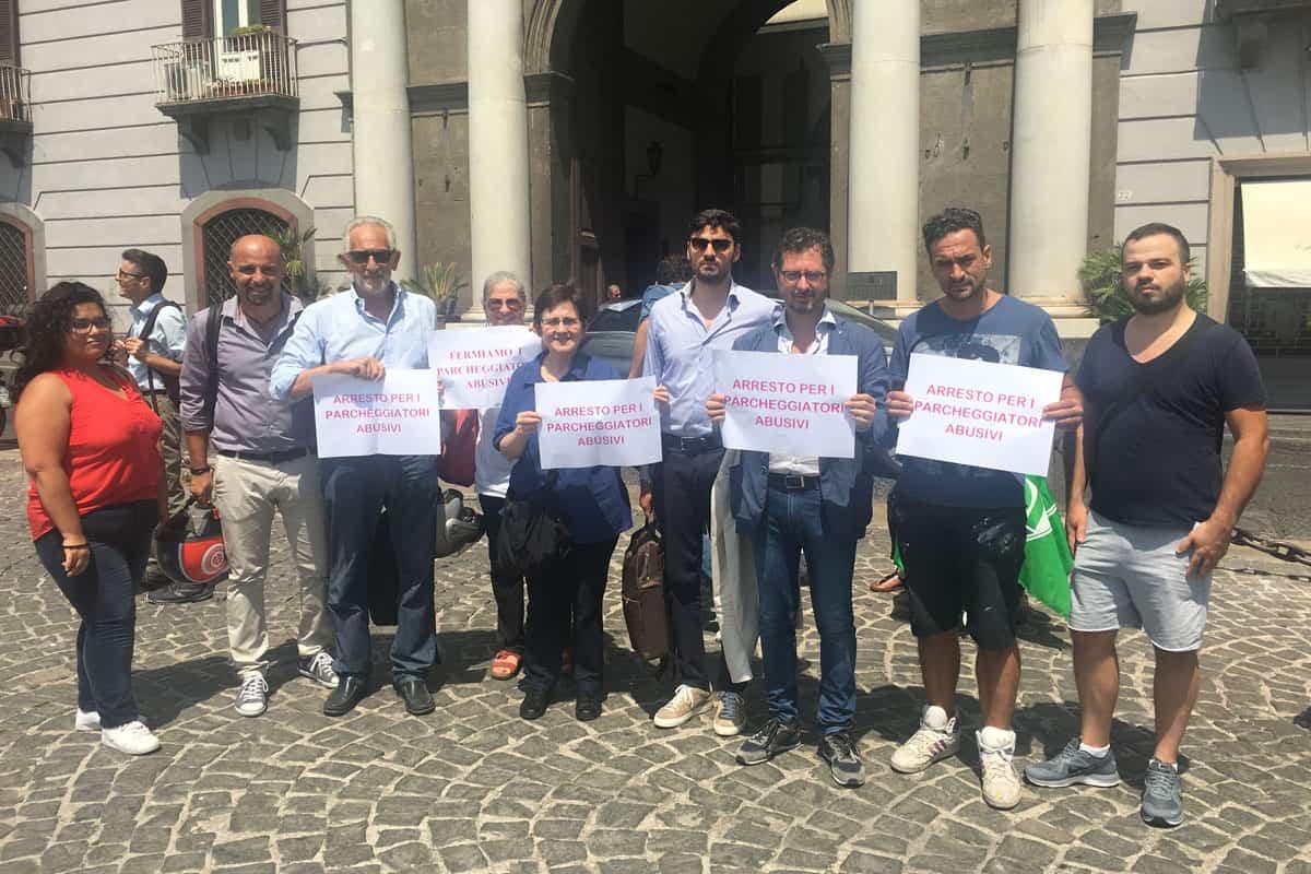 Francesco Emilio Borrelli contro i parcheggiatori abusivi