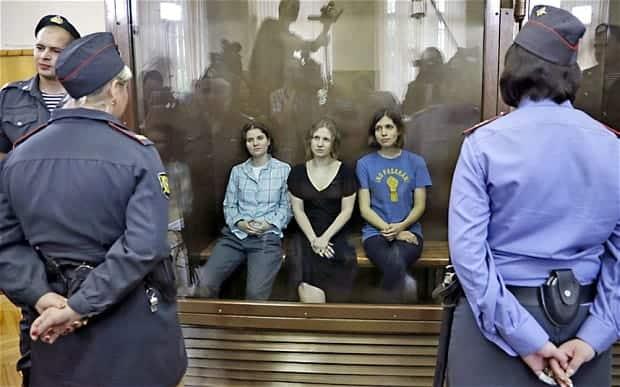Le tre ragazze, membri delle Pussy Riot, al processo.