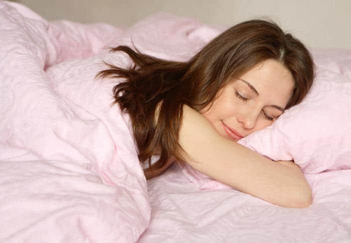 Dormire con le mani sotto il cuscino-2