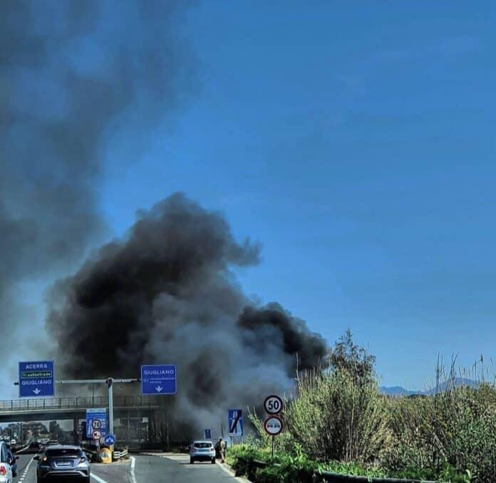 informare-cumulo-di-rifiuti-incendiato-all-uscita-di-Lago-Patria