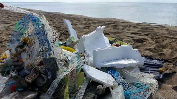 montagne-di-rifiuti-pericolosi-sulle-spiagge-di-ischitella