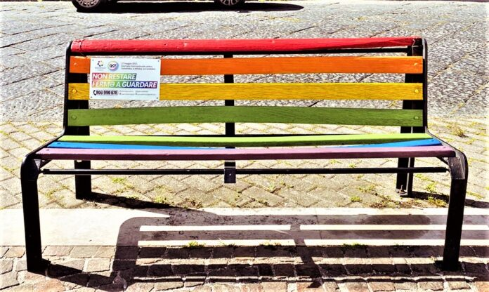 informareonline-orta-di-atella-go-e-arcigay-realizzano-un-panchina-arcobaleno-contro-lomofobia