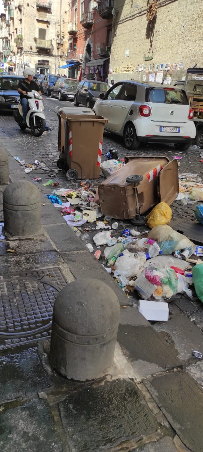rione-sanita-ribaltano-i-bidoni-dei-rifiuti-per-protestare-contro-labbandono-dellamministrazione