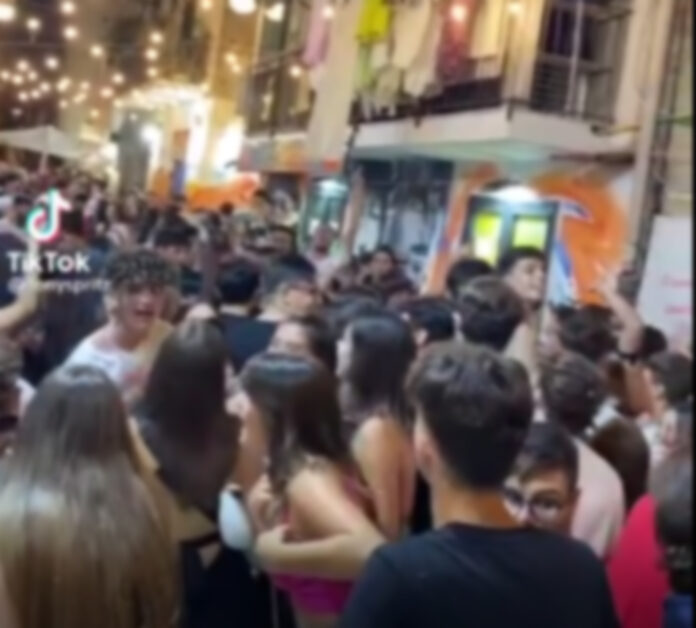 Informareonline-quartieri-spagnoli-fine-settimana-di-follia-tra-mega-assembramenti-e-violazioni-delle-norme-anti-covid